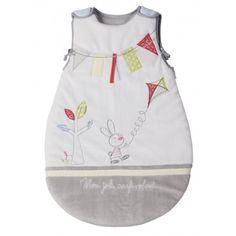 Cette confortable  gigoteuse  aux couleurs apaisantes, tiendra bébé bien au chaud pendant son sommeil. Elle est également très pratique avec une fermeture auto-agrippante aux épaules et une fermeture à glissière sur le côté.