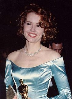 """Actress Virginia Elizabeth """"Geena"""" Davis winning the 1988 Academy Award for Best Supporting Actress. This was the gown that no one could beat on that night! Geena Davis, The Long Kiss Goodnight, Longest Kiss, Stuart Little, Thelma Louise, Attractive People, Famous Women, Famous Celebrities, Hollywood Actor"""