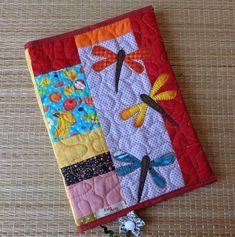Capa para livro , agenda ou caderno em patchwork confeccionada com diversos tecidos de algodão, estruturada com manta acrílica, quiltada , com aplicações e marcador de páginas.   Medidas aproximadas :  L=37 cm X A=24 cm (capa aberta)  Verificar o tamanho do livro a ser usado.  OBS- cores e tecido...