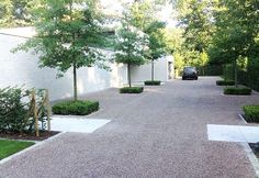 A modern driveway style can improve the curb appeal of your house. Some of the most popular types of modern driveway products in usage for high-end houses Modern Driveway, Modern Front Yard, Driveway Design, Front Yard Design, Driveway Landscaping, Modern Landscaping, Gravel Driveway, Driveway Ideas, Landscaping Ideas