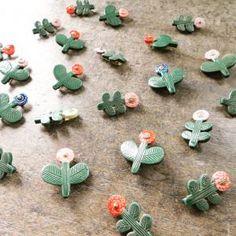 グリーンの葉っぱ、カラフルな色とりどりの花々。葉っぱや花弁、ひとつずつ違います。 お気に入りを見つけていただけますように。 Ceramic Jewelry, Ceramic Clay, Clay Jewelry, Jewellery, Clay Projects For Kids, Cute Clay, Clay Animals, Air Dry Clay, Polymer Clay Crafts