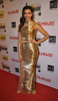 Bollywood diva Deepika Padukone has aced the red carpet & airport look. Check out the complete style evolution of Deepika Padukone over the past few years, at Vogue India. Dipika Padukone, Bae, Deepika Padukone Style, Golden Dress, Photoshop, Beautiful Bollywood Actress, Beautiful Actresses, Indian Celebrities, Bollywood Celebrities