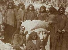 الدقهلية .. مشهد رائع من أثار مدينة تمى الامديد.. ثمانى فتيات حول تمثال من الجرانيت لرأس الألهة حتحور .. حوالى 1890م