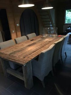 Mooie tafel met stoelen, maar wellicht niet praktisch dat ruwe houtReally enjoy the upholstering on the chair. Timber Furniture, Furniture, Old Tables, Rustic Farmhouse Table, Dining Table, Home Decor, House Interior, Dining Table Chairs, Dining Room Table