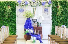 Nuansa Jawa yang kental dan dipadukan dengan warna delft blue memberikan unsur elegan diacara lamaran Marfa dan Angga. Yuk, simak cerita selengkapnya.