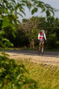 Até os 45 anos, o executivo Márcio Milan levava uma vida totalmente sedentária, não sabia nadar, trabalhava 16 horas por dia e não tinha tempo para a família. Hoje, aos 66, já participou de 49 maratonas, 10 ultramaratonas, 11 RAAM (Race Across America), considerada a prova de ciclismo mais difícil do mundo, e três Ironman, aquela modalidade de triatlo de longas distâncias que inclui 3,8 km de natação, 180 km de ciclismo e 42,195 km de corrida.