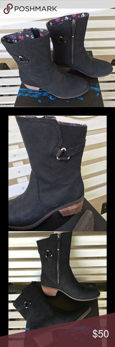 Treva Mid-length Black Boot. NEW, NEVER WORN. Be ready to roam the city in total style with the sleek and comfortable Foxy Mid boot by Teva®! Soft, buffed nubuck leather upper. Harness detail on shaft with leather strap and metal hardware. Side medial zipper closure for easy on and off. Printed canvas lining Cushioned insole for all-day comfort and support. Leather wrapped midsole for long-lasting durability. Measurements: Heel Height: 2 in Weight: 1 lb 1 oz Circumference: 11 in Shaft: 8 1⁄4…