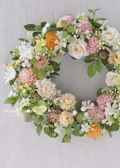 やさしくて・・・flowers in green leaves Deco Floral, Green Leaves, Quilling, Paper Flowers, Flower Arrangements, Floral Wreath, Bouquet, Wreaths, Spring