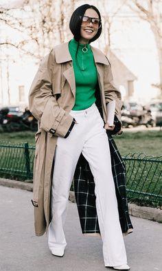 Para fugir do básico esse inverno aposte em uma turtleneck colorida combinado com calça branca + trench coat.