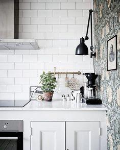 Kitchen corner where subway tiles meet antique wallpaper in a home in Göteborg, Sweden. Ceramic and cut metal art help blend the two styles together. Home Interior, Kitchen Interior, Kitchen Decor, Kitchen Corner, New Kitchen, Bistro Kitchen, Kitchen Post, Kitchen Dining, Kitchen Backsplash