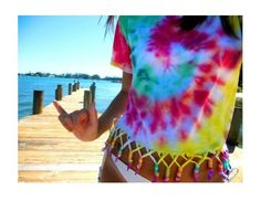 must do this to old tye dye shirts.i may or may not be obsessed with tye dye. Hippie Accessoires, Camisa Tie Dye, Moda Tie Dye, Diy Fashion, Ideias Fashion, Hipster Fashion, Teen Fashion, Ty Dye, How To Tie Dye