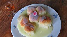 Tento jednoduchý sladký pokrm je bezpochyby českou klasikou, která je oblíbená v celé střední Evropě. V dnešní době nadvlády zmrazených polotovarů již najdeme dukátové buchtičky v mrazáku snad všech obchodů. Tyto polotovary se ale nedají srovnat s chutí a nadýchaností domácích buchtiček. Obětujte trochu času a připravte si domácí buchtičky podle našeho receptu.