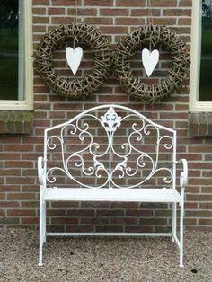 Mooie kransen met wit hart voor bij de voordeur