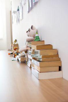 Let's wait for your lesson reading some books and sitting on a bench in our hall. Čakajte na hodinu na lavičke, prečítajte si knihu...