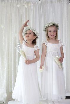 Vakre jenter med kranser av brudeslør. Girls Dresses, Flower Girl Dresses, Celebrities, Wedding Dresses, Flowers, Fashion, Dresses Of Girls, Bride Dresses, Moda