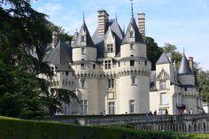 Situé à la lisière de la forêt de Chinon et dominant l'Indre, le château d'Ussé est connu pour avoir inspiré Charles Perrault, l'auteur de La Belle au Bois dormant.