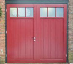 Zo mooi kan een houten openslaande garagedeur zijn.  Dit model heet Köln en heeft roedes in de 2 ramen. Models, Garages, Tall Cabinet Storage, Ramen, Garage Doors, Shed, Bloom, Outdoor Structures, Outdoor Decor