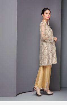 Interesting style of a lady Pakistani Fashion Party Wear, Pakistani Wedding Dresses, Pakistani Dress Design, Pakistani Outfits, Indian Fashion, Stylish Dresses, Casual Dresses, Fashion Dresses, Formal Dresses