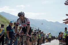 Having serious cramps at this moment, Tom Dumoulin (Giant-Alpecin) crosses the last mountain of the day on stage eight.