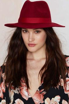 Don't fight it. The Some Like It Hat Fedora comes in red wool and features indented crown, structured brim, and wide ribbon band. Urban Hairstyles, Hat Hairstyles, Fedora Hat Women, Wide Brimmed Hats, Stylish Hats, Cute Hats, Fashion Wear, Fashion 2017, Fashion Women