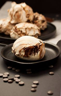 Chocolate Swirl Meringues by Sugar Salt Magic. Meringues taste amazing and they are also incredibly easy to make. Only 4 ingredients! Chocolate Meringue, Chocolate Swirl, Melting Chocolate, Chocolate Recipes, Meringue Desserts, Sweets Recipes, Cookie Recipes, Baking Recipes, Cake Stall