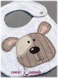 bibs for baby DIY Baby Bibs Sewing Appliques, Applique Patterns, Applique Designs, Baby Patterns, Embroidery Applique, Sewing Patterns, Burp Rags, Burp Cloths, Sewing For Kids