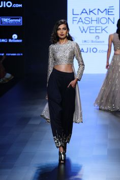 """Old-School-Glamour inspiriert"" Payal Singhal Lakme Fashion Week Sommerresort 2017 India Fashion, Ethnic Fashion, Asian Fashion, Indian Attire, Indian Wear, Indian Style, Pakistani Outfits, Indian Outfits, Lakme Fashion Week 2017"