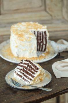 Hoztunk egy újabb gyönyörű torta receptet: ez a kókuszos torta amit nem csak hétvégén érdemes kipróbálni hanem akár hétközben is. Krémes, puha és ezt tényleg mindenki szereti. :P Hungarian Cake, Hungarian Recipes, Cookie Recipes, Dessert Recipes, Torte Cake, Winter Food, Cakes And More, Cake Cookies, Street Food