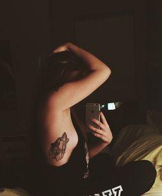 tatouage-loup-géométrique-tatouage-côtes-femme