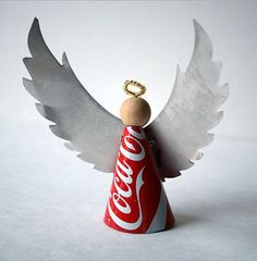 Use soda cans to create a whole range of aluminum can crafts. Pop cans and even soup cans are used to shape fun decorating projects and toys. Over 90 aluminum can craft projects. Coca Cola Christmas, Little Christmas, Christmas Angels, Aluminum Can Crafts, Aluminum Cans, Angel Crafts, Holiday Crafts, Handmade Christmas, Christmas Crafts