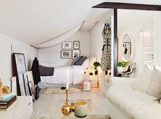 【ぐっすり眠れそう】布の張られた斜め天井の下の寝室   住宅デザイン