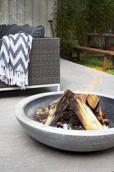 12 Summery DIY Backyard Projects Ideas to Mesmerizing Your Summer Cool Fire Pits, Diy Fire Pit, Fire Pit Backyard, Outdoor Fire, Outdoor Decor, Outdoor Living, Outdoor Seating, Fire Pit Landscaping, Landscaping Ideas