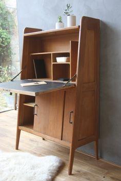 Très beau secrétaire. Même si les secrétaire me donnent un peu le cafard -- je n'aime pas trop écrire ou travailler face à un meuble...