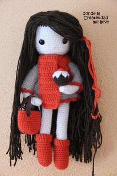 Lista y preparada para un paseo por el bosque. Cute Dolls, Amigurumi Doll, Beautiful Crochet, Crochet Dolls, Candy, Christmas Ornaments, Holiday Decor, Projects, Home Decor