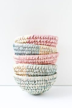 DIY dip dyed woven baskets perfect for any decor style Diy Mothers Day Gifts, Diy Gifts, Grandparent Gifts, Craft Tutorials, Craft Projects, Deco Pastel, Studio Decor, Basket Weaving, Woven Baskets