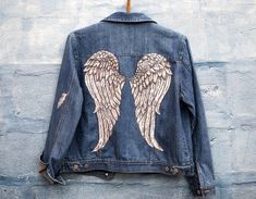 Angel Wings hand painted jeans jacket This beautiful jacket was painted with fabric paint that allows it to be machine washed on low temp. The size is medium,so it fits most ladies. We all wanna be angels,now we can :) Painted Denim Jacket, Painted Jeans, Painted Clothes, Hand Painted, Custom Clothes, Diy Clothes, Denim Kunst, Jean Jacket Design, Kleidung Design