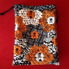 Hexie bag in awesome Halloween fabrics, by Jana @megmormel