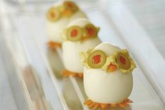 Know anyone who loves deviled eggs? (Oh, I do!) This presentation is adorable and makes the whole job so much funner.