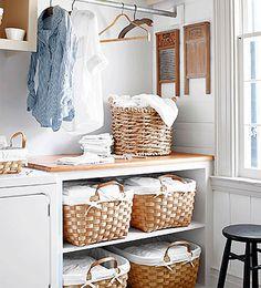 Cestos de ropa. Lo único que necesitas para organizar la ropa es un pequeño rincón para separar, lavar y doblarla. Complétalo con unos cestos para facilitar la clasificación de todas las prendas.