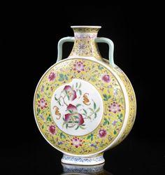 """Résultat de recherche d'images pour """"pot en porcelaine de chine Jaune Imperial"""" Pots, Chinese Ceramics, Glass Art, Bottle, Tableware, Vases, China, Furniture, Qing Dynasty"""