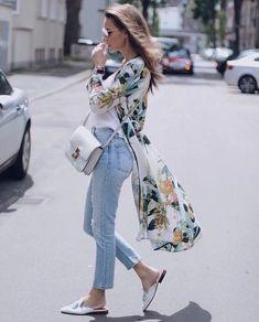 Gorgeous Summer Look Kimono Floral Print Kimono And Jeans, Look Kimono, Kimono Outfit, Street Style Looks, Looks Style, Classy Outfits, Casual Outfits, Kimono Floral, Look Fashion
