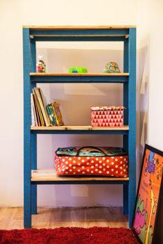 Daughter's New Blue Pallet Shelves / Une étagère Pour Ma Fille