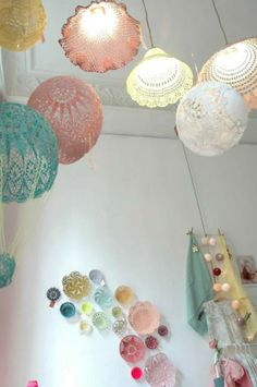 """Yarn It All"" Decor: Crochet hanging lamp shades Lampe Crochet, Crochet Lampshade, Crochet Doilies, Diy Projects To Try, Crochet Projects, Craft Projects, Hotel Boheme, Doily Lamp, Lace Lamp"
