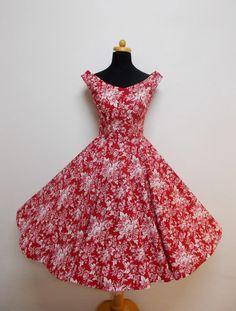 Červené s bílými květy a kolovou sukní