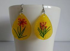 Summery and fresh hand painted teardrop flower earrings made from mother of pearl. This dangle earrings have silver plated earwire and are perfect for gorgeous summer look! Yellow Earrings, Flower Earrings, Etsy Handmade, Handmade Jewelry, Handmade Gifts, Teardrop Earrings, Dangle Earrings, Mother Of Pearl Earrings, Etsy Jewelry