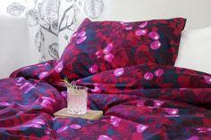 <p>Ruusunen-pussilakanasettiin on tuotu Saara Kurkelan rakastettu ruusunmarjoja kuvaava kuosi tuotteeseen sovitetulla sommittelulla. Ruuusen hehkuvan punainen väritys ja tyylitellen kuvatut ruusunmarjat tuovat makuuhuoneen sisustukseen tunnelmallisen
