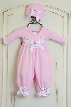 Katie Rose Pink Baby Girl Romper and Hat (Size Baby Girl Dresses baby girl hat Katie pink romper Rose Size Baby Girl White Dress, Baby Girl Romper, Baby Girl Dresses, Fashion Niños, Kids Fashion, Princess Outfits, Girl Outfits, Baby Annabell, Spanish Baby Clothes