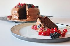 Bolo duplo de chocolate e frutos vermelhos (com cobertura e recheio de mousse de chocolate) | Chocolate celebration cake
