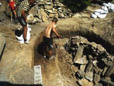 Раскапываем яму под форму пруда. Утрамбовываем. Hiking Boots