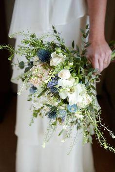 Buquê de noiva: qual é o seu estilo? Conheça os tipos de buquê para casamento e escolha o seu. Na foto, um lindo buquê assimétrico. Bouquet Bride, Bridal Bouquet Blue, Spring Wedding Bouquets, Boho Wedding Bouquet, Bridal Flowers, Floral Wedding, Bouquet Flowers, Wild Flowers, Trendy Wedding